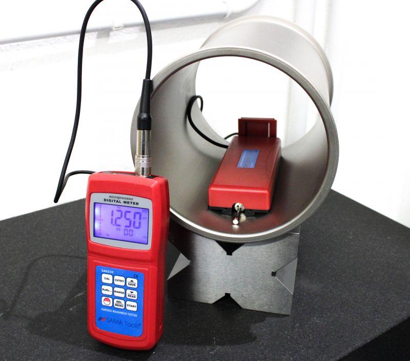 Paolo Marano mentre utilizza un rugosimetro compatto S.A.M.A